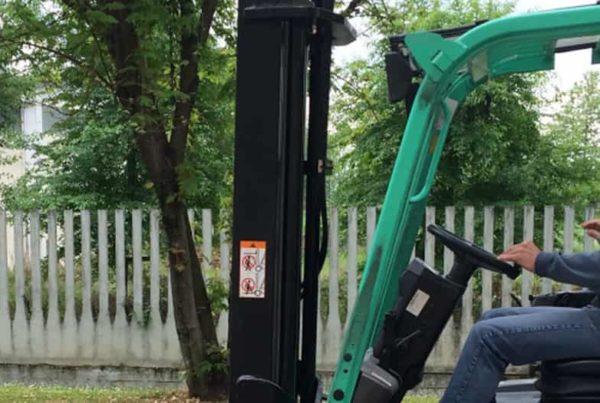 formatore addestra un lavoratore della pneumax all'utilizzo del carrello elevatore