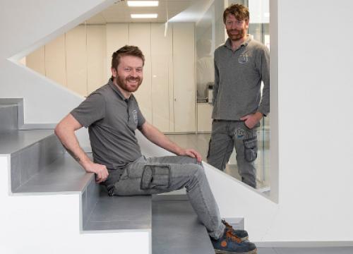 due lavoratori in pausa in azienda