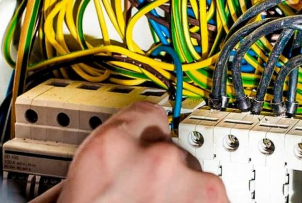 un elettricista sistema i fili elettrici di un contatore