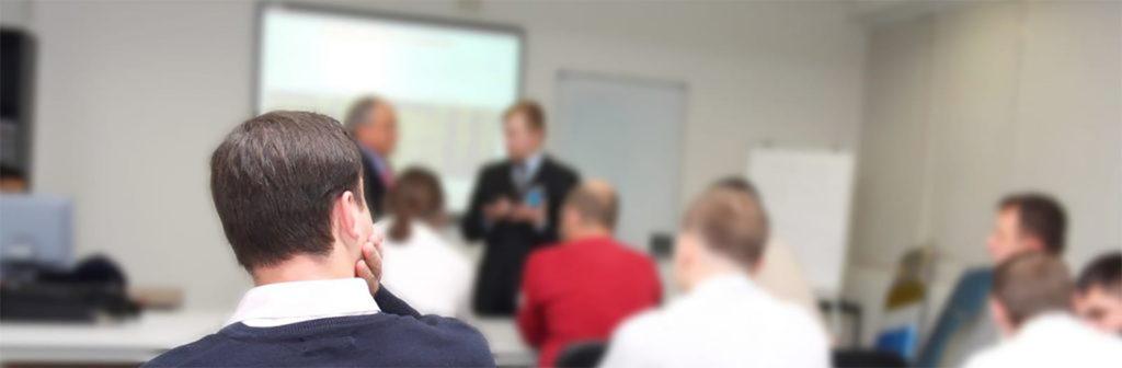 In aula due formatori illustrano i punti del corso formazione preposti