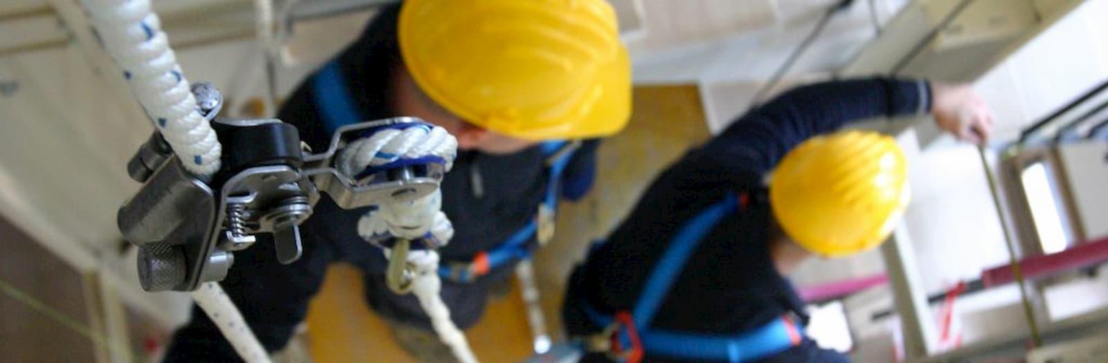 certificazione uni iso 45001 due lavoratori lavorano indossando i dpi corretti