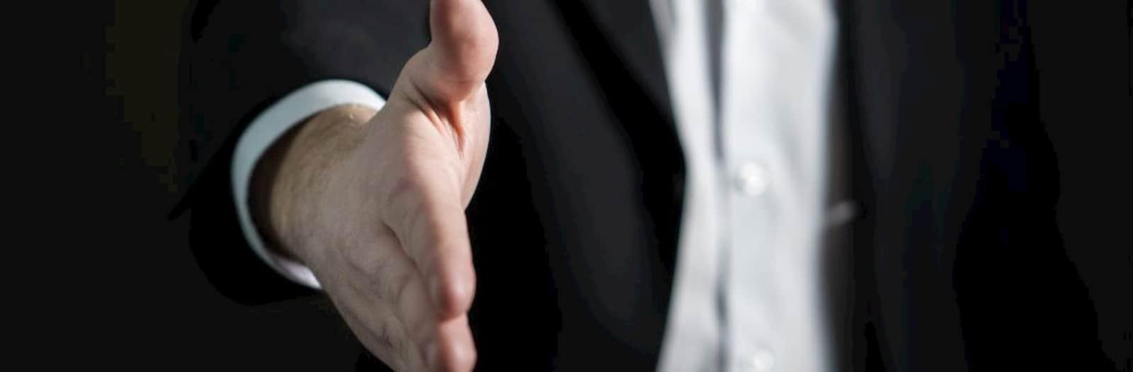 assistenza un uomo vuole stringere la mano