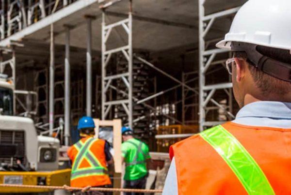 il rappresentante dei lavoratori per la sicurezza osserva un cantiere aperto