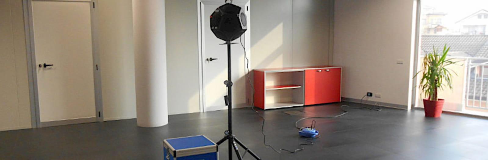 verifica rap all'interno di un ufficio arredato con una scrivania e una pianta