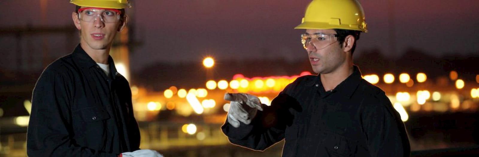 due lavoratori minorenni indossano i dpi mentre lavorano
