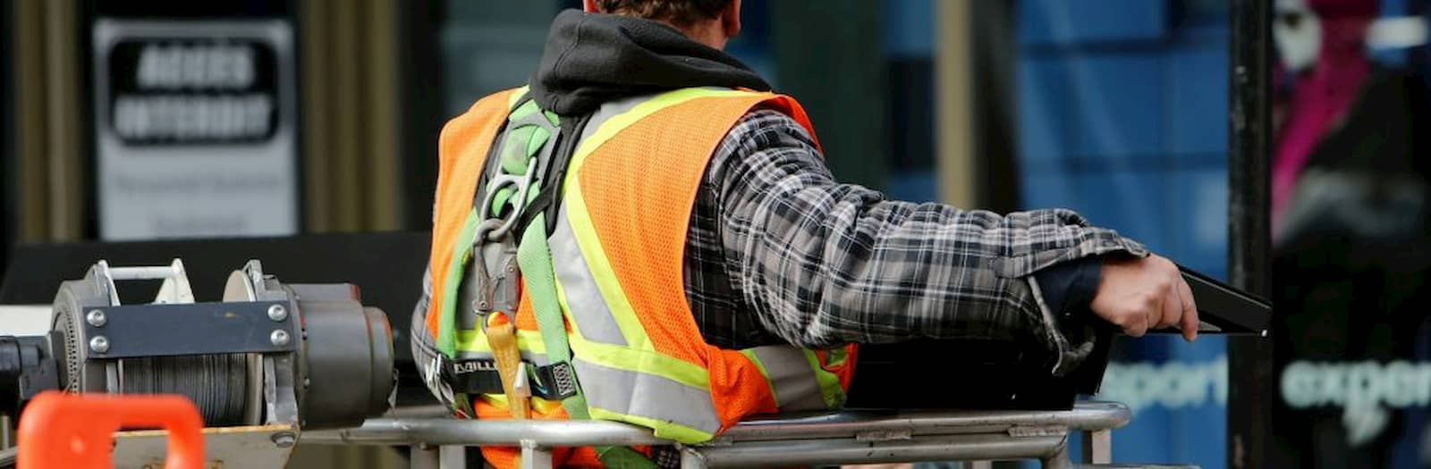 Duvri Un lavoratore indossa correttamente i dpi per lavorare in altezza