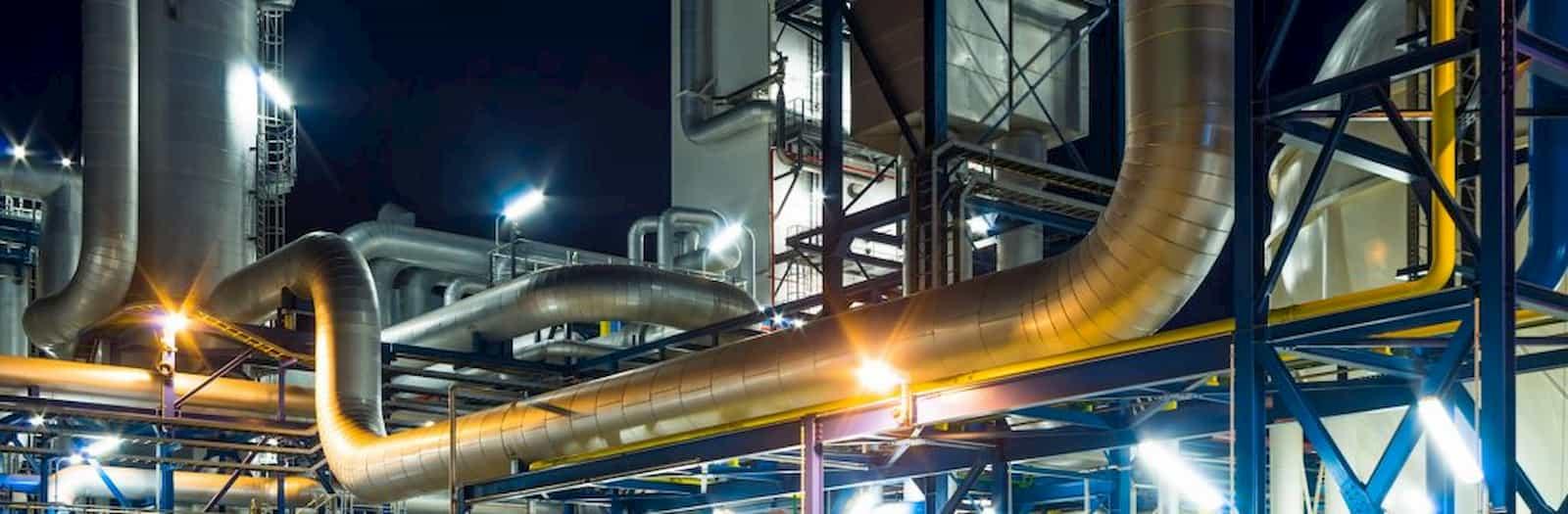 pompe sistemi di filtraggio all'interno di un'industria di notte
