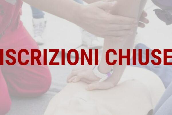 ISCRIZIONI CHIUSE istruttore primo soccorso insegna massaggio cardiaco ad un corsista con un manichino